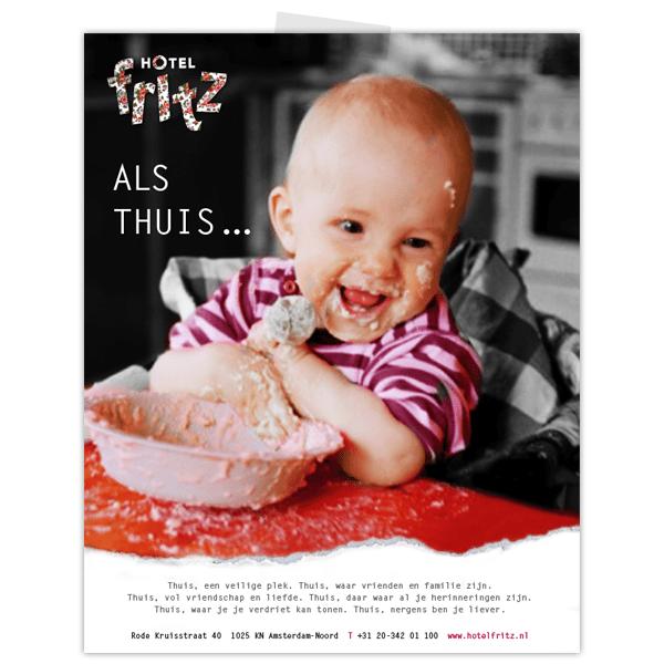 Advertentie voor Hotel Fritz met baby in kinderstoel die lacht en onder de pap zit