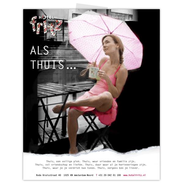 Advertentie voor Hotel Fritz met vrouw op balkon met paraplu in de regen